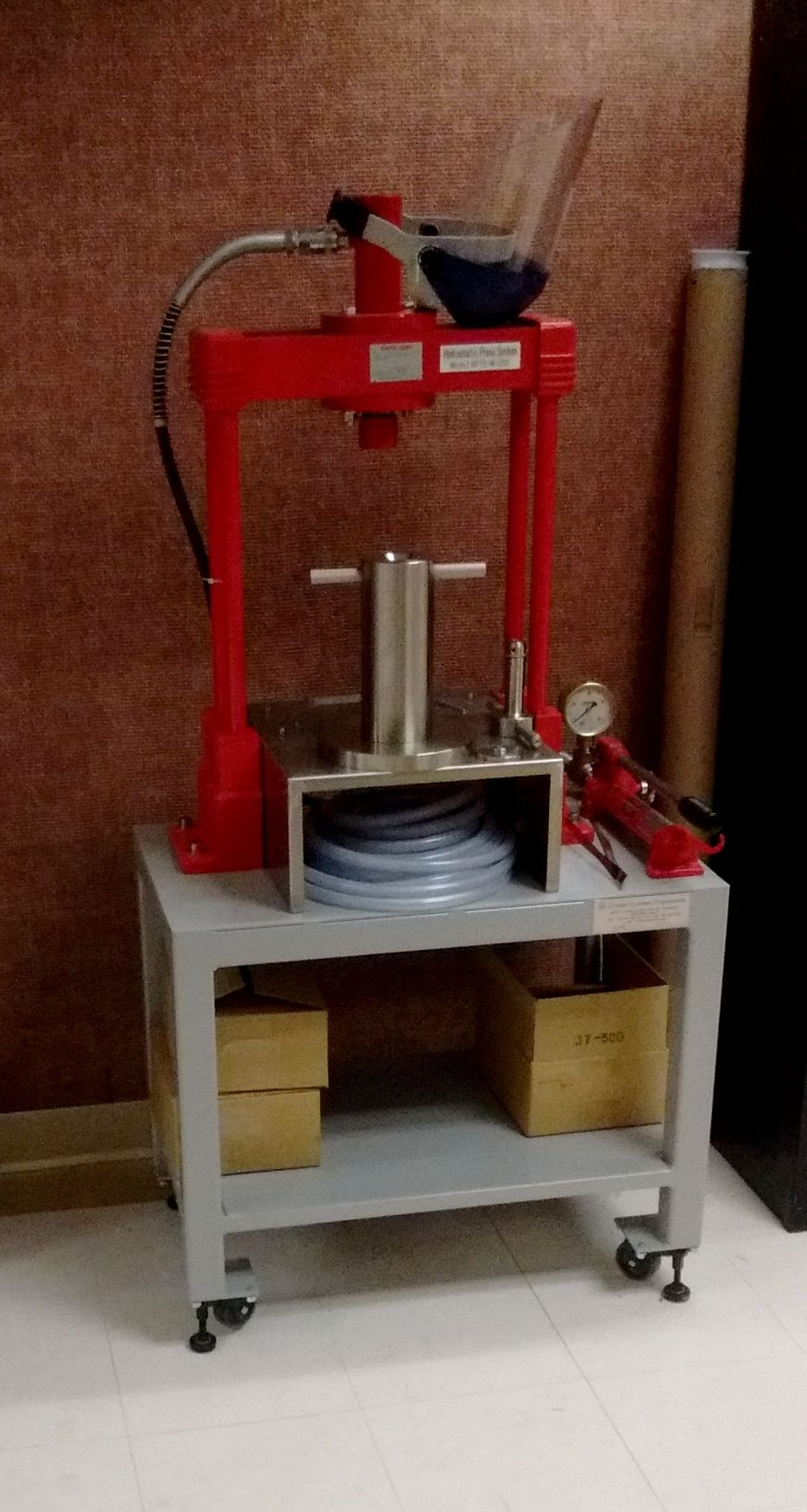 Hydrostatic press for making rods for crystal growth